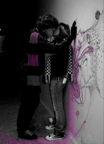 парень прижимает к стене девушку фото