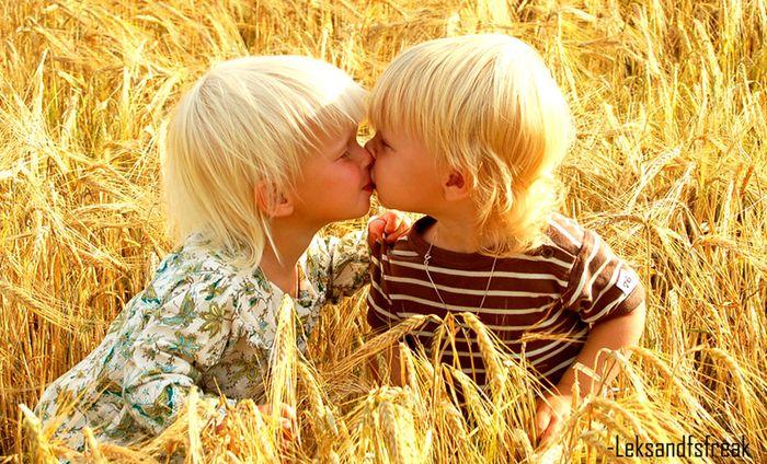 Картинки, открытки целуются мальчик и девочка